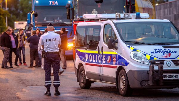 Полиция и участники акции, требующие ликвидации стихийного лагеря мигрантов в окрестностях Кале, Франция. 5 сентября 2016