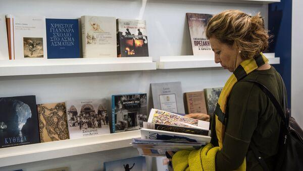 Посетительница на открытии 29-й Московской международной книжной выставки-ярмарки на ВДНХ в Москве. 7 сентября 2016
