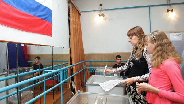 Жители Симферополя на одном из избирательных участков города во время выборов парламента Республики Крым и местных органов власти в рамках всероссийского единого дня голосования. Архивное фото