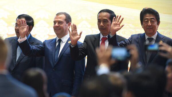 Председатель правительства РФ Дмитрий Медведев на совместном фотографировании глав делегаций стран - участниц 11-го Восточноазиатского саммита (ВАС). 8 сентября 2016
