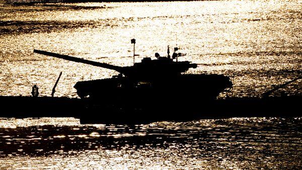 Танк Т-72 на переправе во время демонстрационного показа военной техники на полигоне Алабино на Международном военно-техническом форуме АРМИЯ-2016