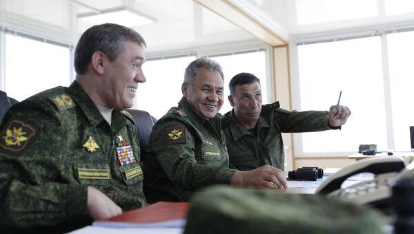 Министр обороны России Сергей Шойгу во время военных учений на побережье Черного моря в Крыму. 9 сентября 2016