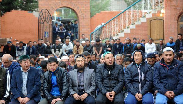 Мусульмане в день праздника возле Соборной мечети Читы. Архивное фото.