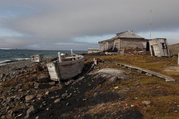 Полярная станция на берегу бухты Тихая на острове Гукера архипелага Земля Франца-Иосифа