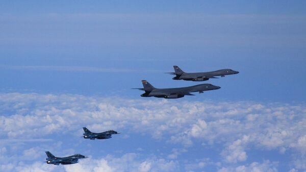 Бомбардировщики B-1B ВВС США в сопровождении истребителей F-16 совершают демонстративный полет над территорией Южной Кореи. 13 сентября 2016