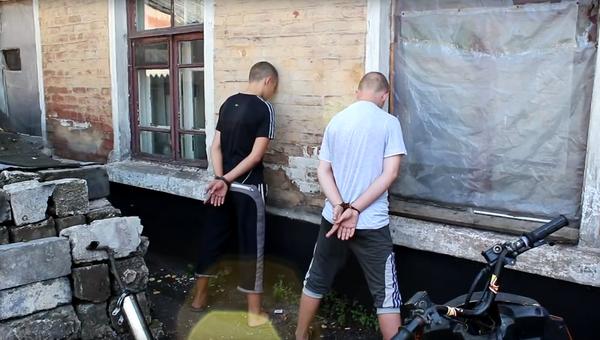 Стоп-кадр с видео задержания подростков-диверсантов в ДНР. Архивное фото