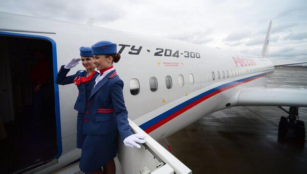 Бортпроводницы у входа в самолет ТУ-204-300 Специального Летного Отряда Россия. Архивное фото