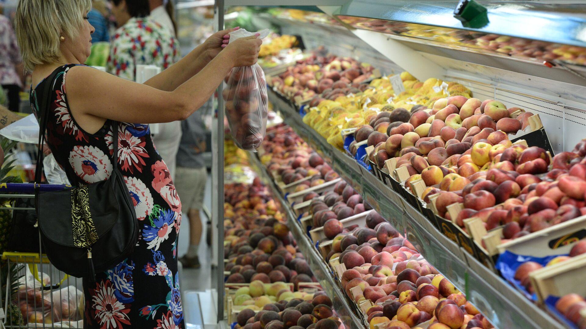 Покупательница у прилавка с фруктами в гипермаркете Лента в Новосибирске - РИА Новости, 1920, 21.08.2021