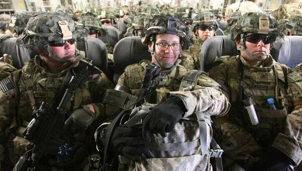 Американские военнослужащие в транспортном самолете