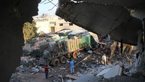 Грузовики гумконвоя ООН, обстрелянные в городе Урум аль-Кубра недалеко от Алеппо. Архивное фото