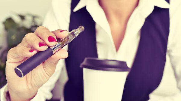 Девушка с электронной сигаретой