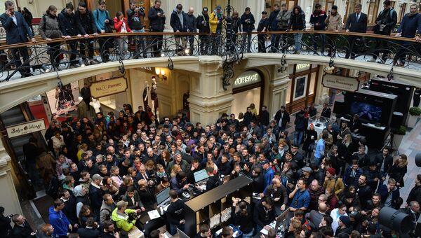 Люди стоят в очереди в торговом центре ГУМ перед началом продаж новых смартфонов iPhone 7 и iPhone 7 Plus