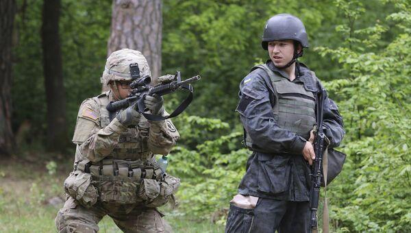 Американский и украинский военные во время учений во Львовской области. Архивное фото