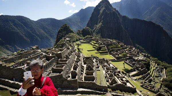 Женщина делает сэлфи в Мачу-Пикчу, Перу