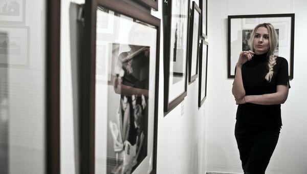 Посетительница на выставке в Центре фотографии имени братьев Люмьер в Москве. Архивное фото