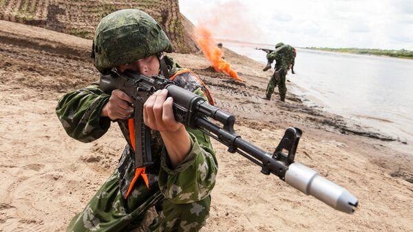 Военнослужащие вооруженных сил России во время всеармейского соревнования понтонно-переправочных подразделений инженерных войск Открытая вода в Муроме