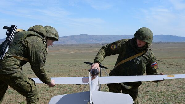 Военнослужащие готовят к полету беспилотный летательный аппарат (БЛА) во время учений