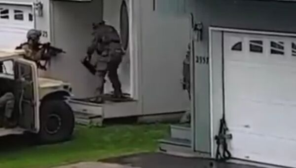 Спецназ ФБР не смог выбить дверь с первого раза