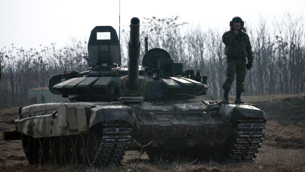 Военнослужащий на танке Т-72Б3 во время военных учений. Архивное фото