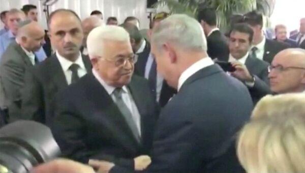 Палестинский лидер Махмуд Аббас и премьер-министр Израиля Биньямин Нетаньяху на похоронах Шимона Переса в Иерусалиме. 30 сентября 2016