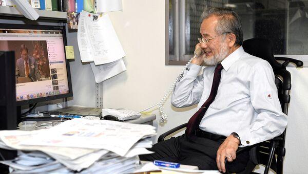 Профессор Технологического университета Токио Йосинори Осуми беседует с журналистами по телефону. 3 октября 2016