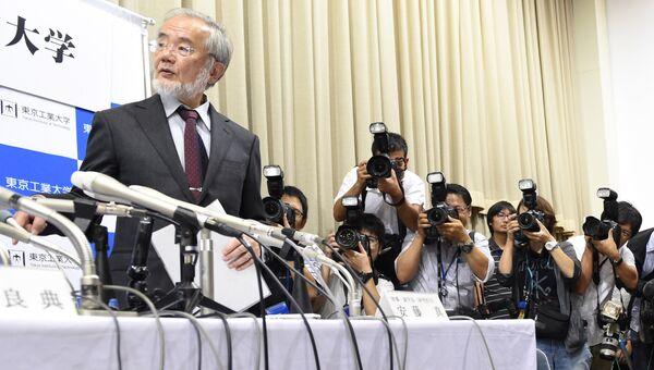 Профессор Технологического университета Токио Йосинори Осуми во время пресс-конференции. 3 октября 2016