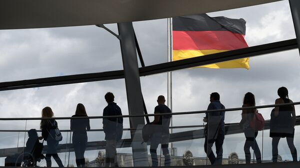 Посетители в здании рейхстага в Берлине, Германия. Архивное фото