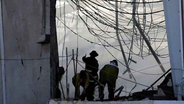 Пожарные тушат пожар на месте авиаудара по траурной процессии в Йемене. Архивное фото