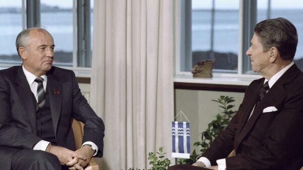 Генеральный секретарь ЦК КПСС Михаил Горбачев и президент США Рональд Рейган во время встречи на высшем уровне в Рейкьявике