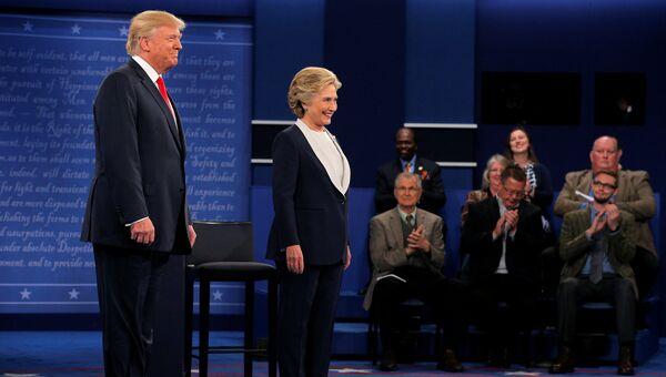 Дональд Трамп и Хиллари Клинтон во время предвыборных дебатов. 9 октября 2016 года