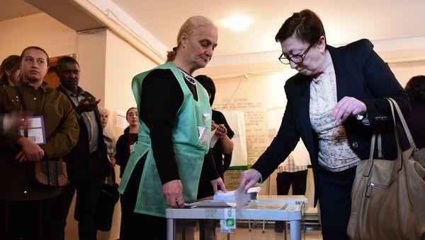 Избиратели голосуют на Парламентский выборах на одном из избирательных участков в Тбилиси