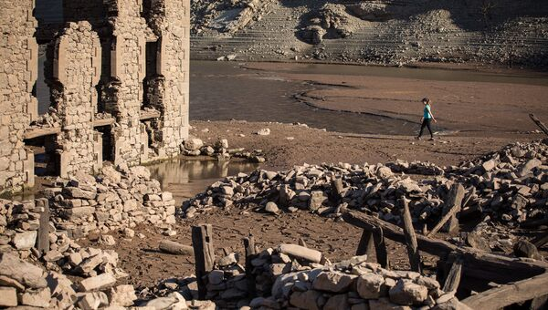 Руины испанского города Мансилья, показавшиеся из воды в результате засухи в провинции Риоха