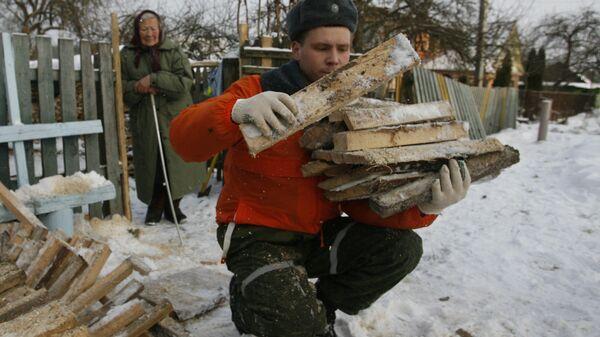 Волонтеры помогают пенсионерам в заготовке дров на зиму. Архивное фото