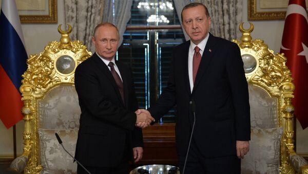 Президент РФ Владимир Путин и президент Турции Реджеп Тайип Эрдоган во время встречи в Стамбуле. Архивное фото