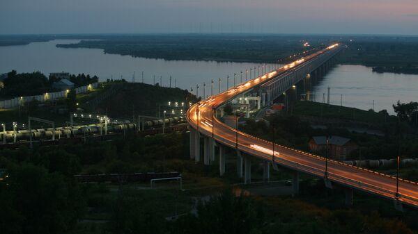 Вид на железнодорожно-автомобильный мост через реку Амур в Хабаровске на трассе Чита - Хабаровск