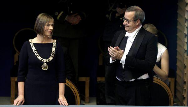 Избранный президент Эстонии Керсти Кальюлайд и бывший президент Тоомас Хендрик Ильвес во время церемонии инаугурации в Таллине. 10 октября 2016