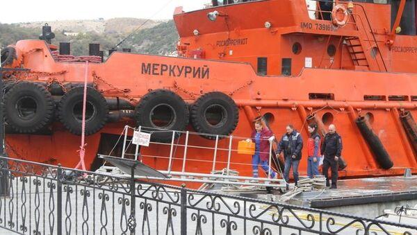 Поисково-спасательные работы по поиску пропавших членов экипажа плавучего крана, потерпевшего крушение в Черном море. Архивное фото