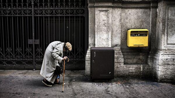 Пожилая женщина на улице Лиона