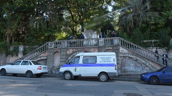 Полицейский автомобиль у входа на территорию комплекса Абхазского гостелевидения в Сухуме, где произошел взрыв
