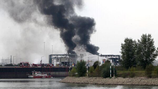 Дым на предприятии химического концерна BASF в немецком городе Людвигсхафен-ам-Райн в Германии