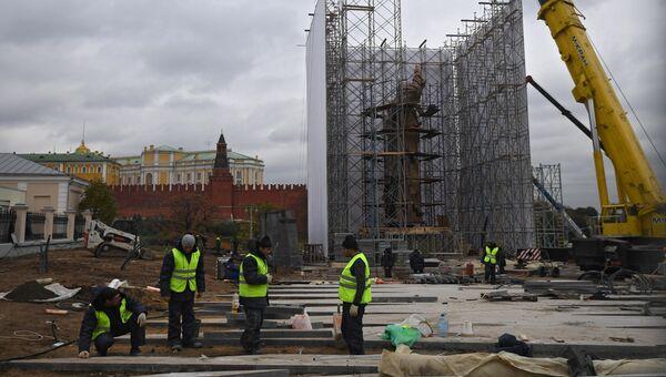 Монтаж памятника князю Владимиру на Боровицкой площади в Москве. 17 октября 2016