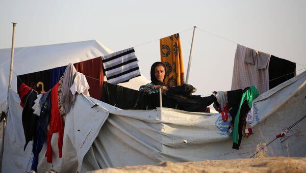 Женщина в лагере беженцев в Сирии для иракских семей, бежавших от боевых действий в районе Мосула. 17 октября 2016