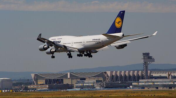 Самолет Boeing 747-400 немецкой авиакомпании Lufthansa в аэропорту Франкфурта, Германия