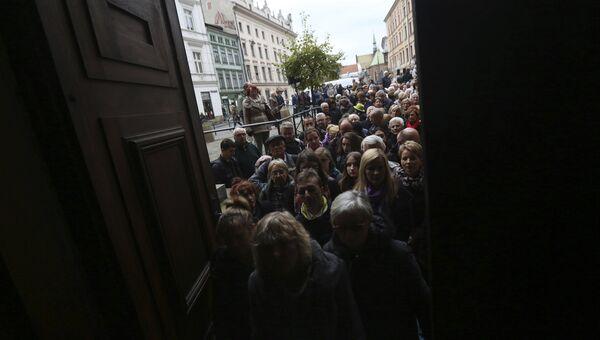 Люди в очереди во время церемонии прощания с режиссером Анджеем Вайдой в Кракове