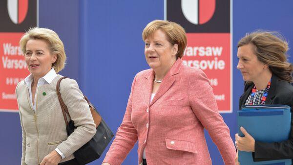 Федеральный канцлер Германии Ангела Меркель (в центре) и министр обороны Германии Урсула фон дер Ляйен (слева)