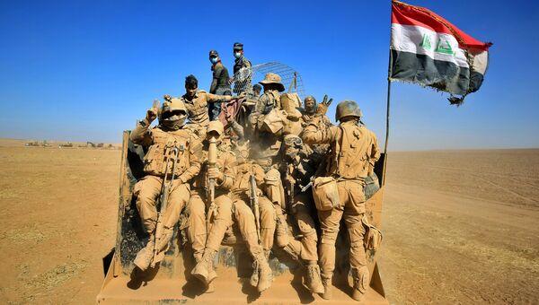 Иракские военные в пустыне на берегу реки Тигр во время операции против ИГ в Мосуле