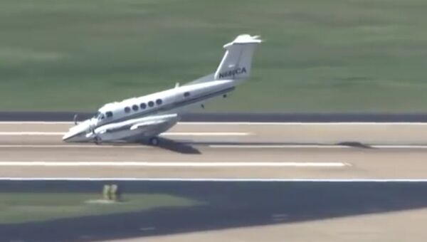Самолет сел без переднего шасси
