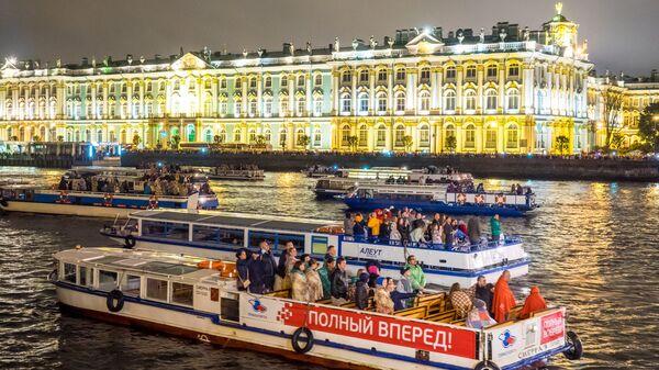 Прогулочные катера во время разведения Дворцового моста в Санкт-Петербурге