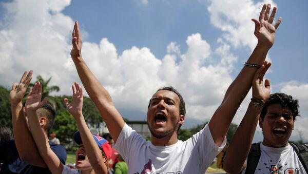 Студенты выкривают лозинуги против президента Венесуэлы Николаса Мадуро в Каракасе
