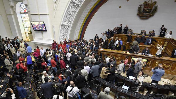 Оппозиционные депутаты и сторонники правительства во время заседания Национальной ассамблеи Венесуэлы. Архивное фото